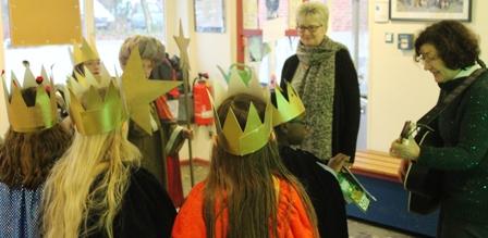 Auch die Schulleiterinnen Karin Gotsch und Dorit van Aken bekamen Besuch von einer Königsgruppe