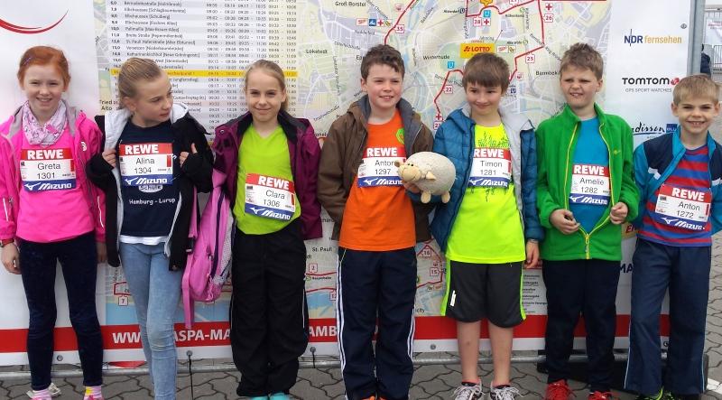 Zurück in Lurup, an der Elbgaustraße noch ein Gruppenfoto einiger stolzer Teilnehmer/innen vom Lauf 2016.